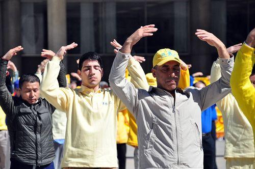 圖2-4:法輪功學員在多倫多市府廣場集體煉功,展示大法的祥和與美好。