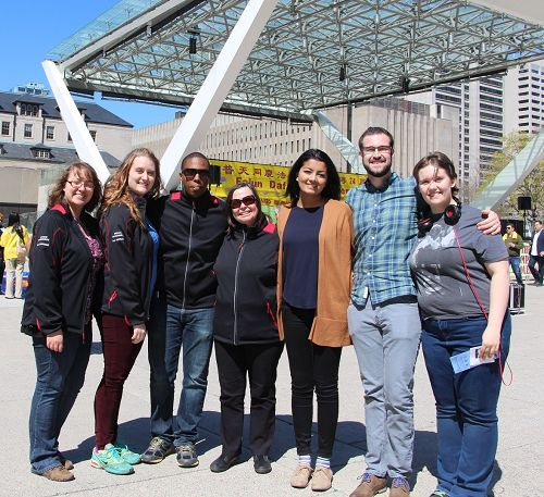 圖8:大學老師Wendolin Munroe (中)帶著76個大學生組成的大學生旅遊團,當天正好來到多倫多參觀,學完功法後表示感謝。