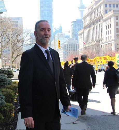 圖19:在一家金融公司任職的Steve一直在認真觀看著遊行,他表示支持法輪功反迫害。