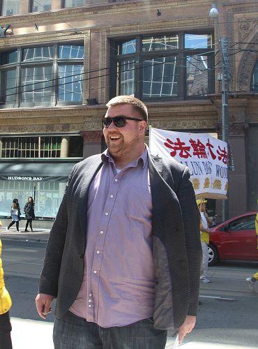 圖21:James在市中心大樓上班,趕上休息就看到了遊行。表示看過《活摘》紀錄片,呼籲更多人出來反迫害。