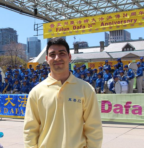 圖23:今年24歲的西人法輪功學員Joey Giglioti,表示自己第一次參加大法日很興奮。