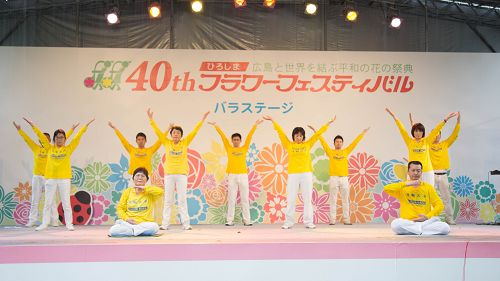 图6:法轮功学员在舞台表演五套<span class='voca' kid='86'>功法</span>。台下观众表示,功法看起来简单易学,很好!