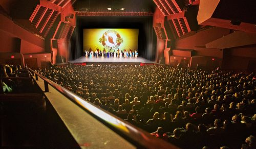 2016年4月13日,神韵纽约艺术团在洛杉矶柯斯塔梅莎(Costa Mesa)演出盛况。