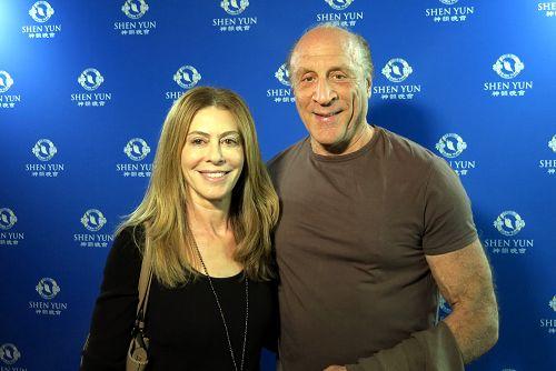 奥斯卡获奖制片人Michael Phillips和律师兼小说家太太Juliana Maio。