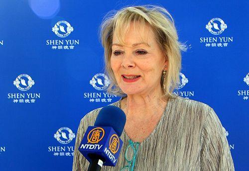 好莱坞著名影视明星、艾美奖得主Jean Smart第三次来观赏神韵。