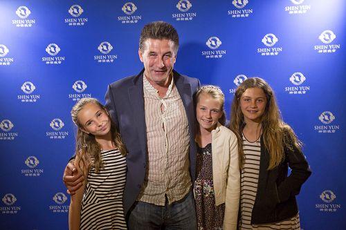 """好莱坞知名的""""鲍德温兄弟""""之一的威廉•鲍德温(William Baldwin),带着女儿Brooke(左一)和女儿的两位小朋友一同前来欣赏了2016年4月30日晚神韵纽约艺术团今年在圣巴巴拉(Santa Barbara)格兰纳达剧院(Granada Theatre)的最后一场演出。"""