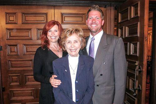电影制片人Kimber Eastwood(左)是家喻户晓的老牌明星兼导演克林特.伊斯特伍德(Clint Eastwood)的长女,她与母亲、老牌女星Roxanne Tunis(中)和同为制片人的先生Shawn Midkiff观看了2016年4月30日晚的神韵晚会。