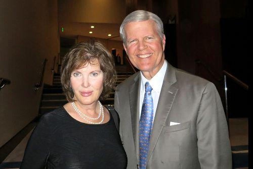 曾连任五届国会议员、Chapman大学法学院院长Tom Campbell与太太油画家Susanne看完2016年4月12日晚上的神韵演出后表示,演出非常令人向上。