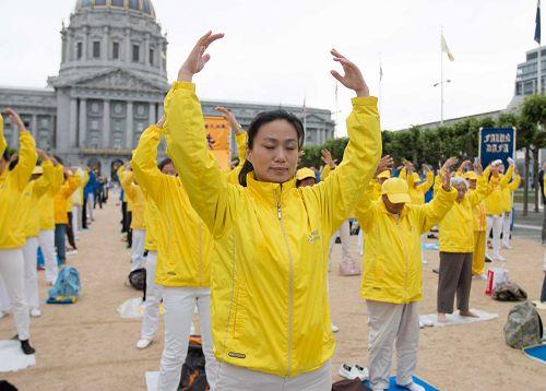 法轮功学员首先在旧金山市政厅广场集体炼功