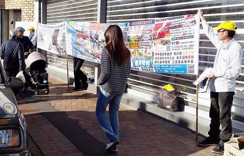 图1-4:法轮功学员在悉尼亚洲人聚集地区伊士活举办讲真相活动,向民众讲述中共活摘法轮功学员器官暴行。