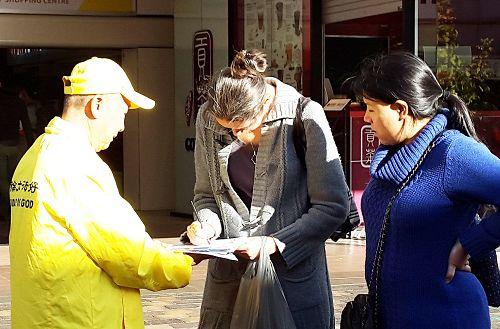 图6:贝尔纳黛特(Bernadette W)(中)和尼科尔女士(Nicole Charles)(右)在听法轮功学员讲述中共迫害和活摘器官的真相。