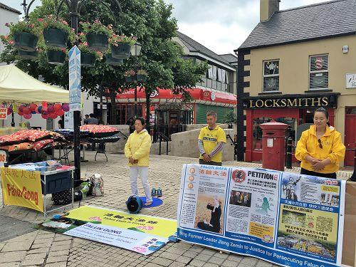 北爱尔兰法轮功学员在弗马纳郡恩尼斯基伦镇的繁华商业街举行活动,揭露中共活摘器官