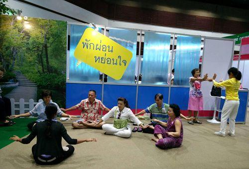 图1-3:二零一六年泰国健康博览会上,民众现场学炼法轮功。