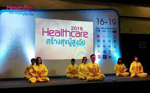 图4-5:二零一六年泰国健康博览会上,法轮功学员演示五套功法。