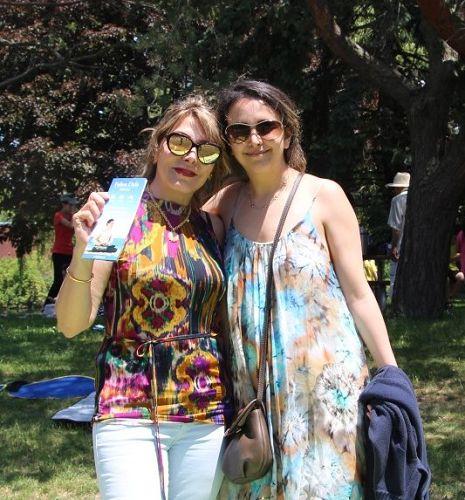 图5:伊朗裔游客Maryam和妈妈Bhnaz对法轮功很感兴趣