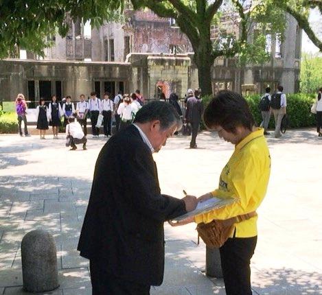图2-4:民众了解中共江氏集团迫害法轮功学员的真相后,纷纷签名声援诉江。