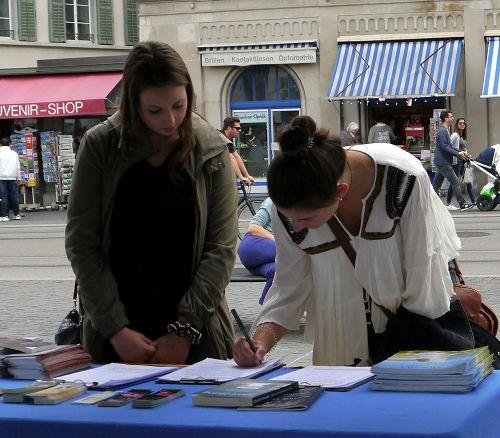 图4-5:在苏黎世的利马特河畔很多人第一次了解法轮功,并签名支持法轮功。
