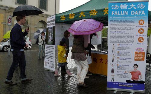图6:大雨也无法减弱路人要签名制止中共活摘。