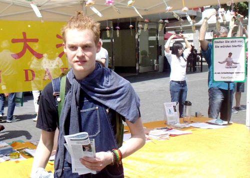 维尔茨堡非洲节上,十八岁青年Nathan Dombrowski关注在中国发生的对法轮功的迫害