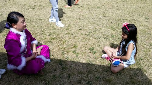 一个小女孩也安静的坐下来学炼法轮