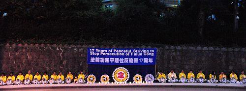 图1:二零一六年七月十九日晚,温哥华部分法轮功学员在温哥华中领馆前举行烛光悼念活动。