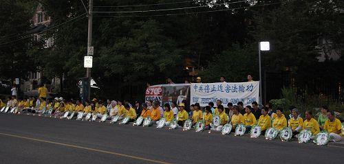图7-8 :晚上八点至十点四百多名法轮功学员参加了烛光悼念。