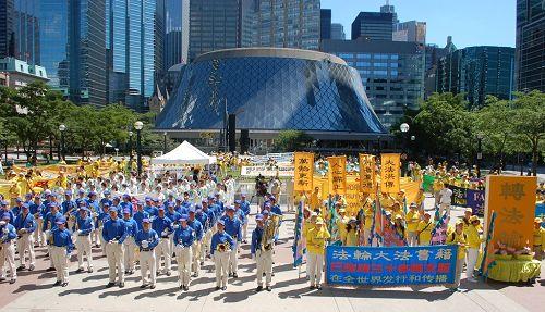 图4-5: 加拿大各地的部分法轮功学员在多伦多市中心都市会堂(Metro Hall)外举行集会