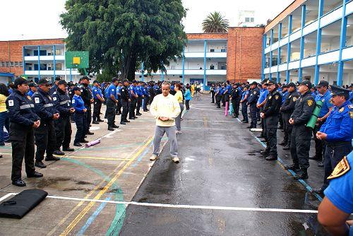 墨西哥警察在学炼法轮功功法