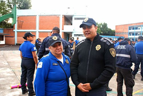 警察噶尔克发(右)表示,炼完功后,感觉身体变轻