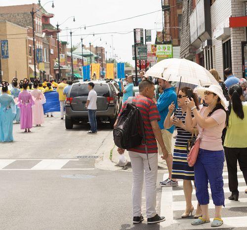 图15-16:芝加哥中国城的游行吸引路人驻足观看,拍照
