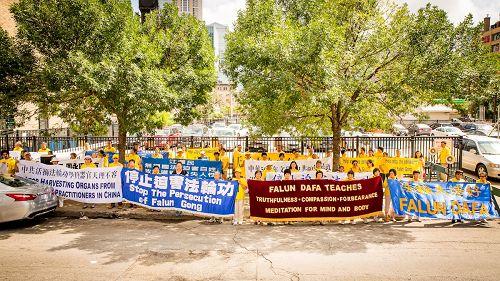 中领馆:美中地区学员中领馆前集体炼功