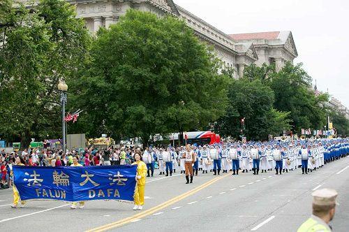 法輪功學員參加美國首都的獨立日遊行
