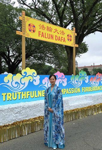 北維州法輪功學員夏春很高興在獨立日遊行中展示中國傳統文化