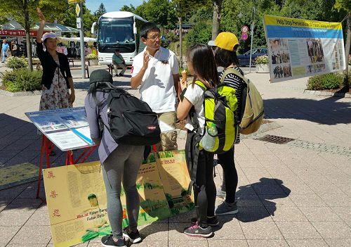 ƍ,给越南留学生讲中共迫害法轮功的真相'