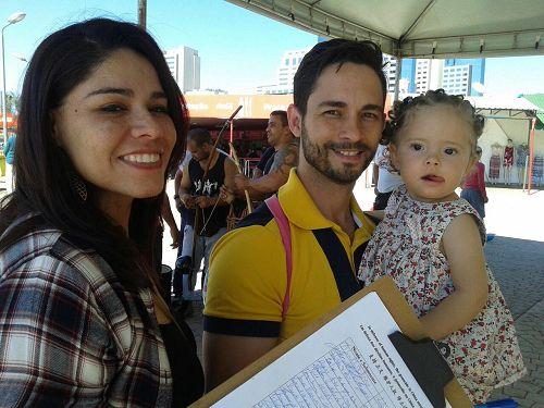 '图8:年轻夫妇一家三口签名支持法轮功'