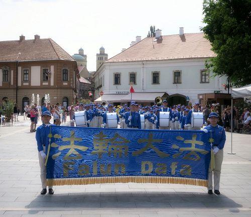 图1-2:天国乐团在Eger市市政厅前演出