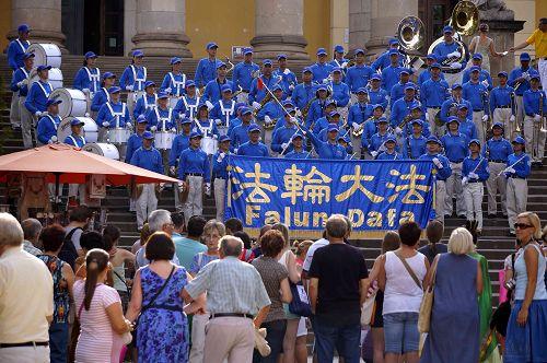 图3-4:天国乐团在Eger市著名的大教堂前演出