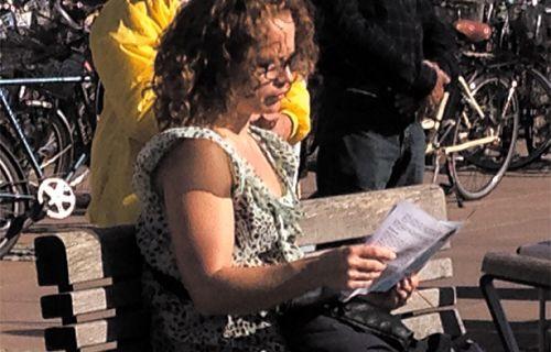 这位女士接过法轮功的真相传单后马上认真阅读。