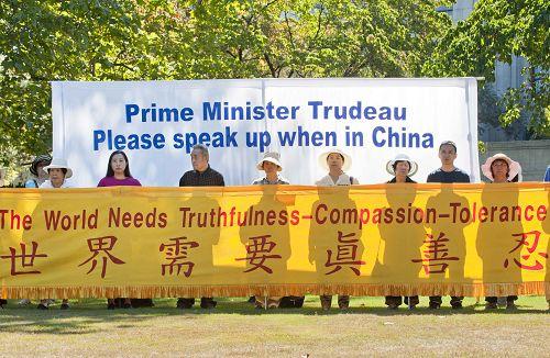 图1-5:温哥华的部分法轮功学员8月24日在温哥华市府门前召开新闻发布会,呼吁总理杜鲁多总理在访问期间,敦促中共停止迫害法轮功