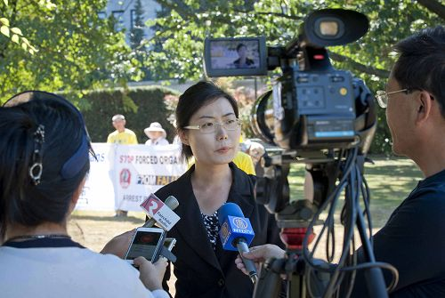 图6:温哥华法轮功学员Alice 张呼吁特鲁多访问中国时,帮助营救她母亲法轮功学员唐华峰。
