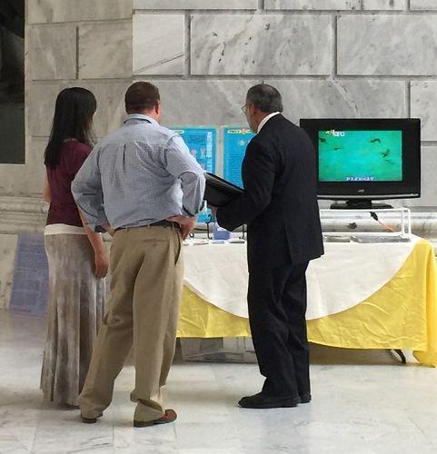 图2-4:美国犹他州议会大厦的大厅内的法轮功真相展位
