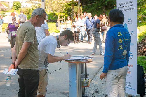 图2-3:在德国著名景点新天鹅堡,游人签名支持法轮功反迫害