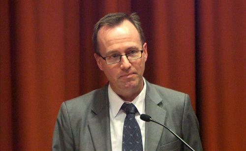 新南威尔士州议员 David Shoebridge 主持了议会大厦的公开讨论