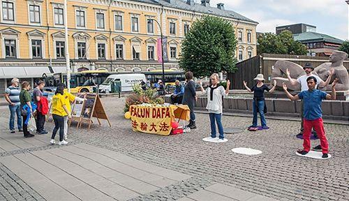 '图1,法轮功学员在瑞典耶夫勒(Gavle)市举办讲真相活动'