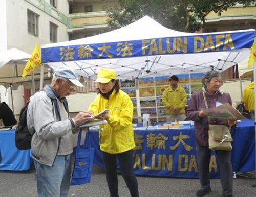 """'图1:二零一六年九月十日和十一日,法轮功学员在旧金山中国城的""""中秋街会""""上设立展位,向民众讲述法轮功的真相,并征集""""制止中共活摘""""的签名。许多华人签名支持。'"""