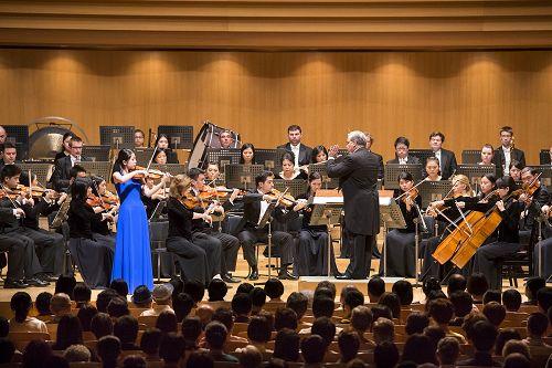 图2:九月十五日下午两点,神韵交响乐团在日本东京歌剧院音乐厅展开亚洲首演,图为小提琴演奏家郑媛慧的演出。