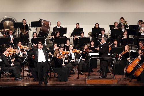 '圖1:神韻交響樂團臺灣首演爆滿,謝幕九次。圖為男高音歌唱家天歌的演出,右為指揮米蘭·納切夫(Milen