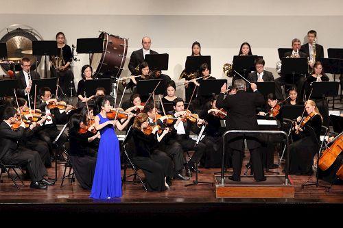 &#039图4:小提琴演奏家郑媛慧的演出&#039