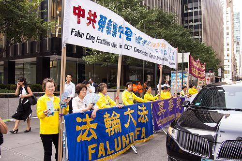 图3-4:华尔道夫酒店外,法轮功学员呼吁停止迫害,法办江泽民