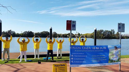 学员们在Taree镇市议会前展示功法